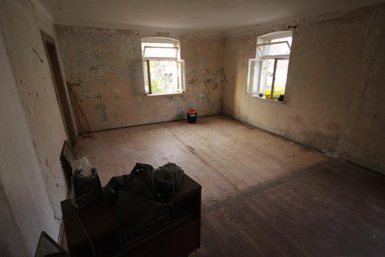 Ein Zimmer nach der Beräumung. Die Dielen sind wie neu.